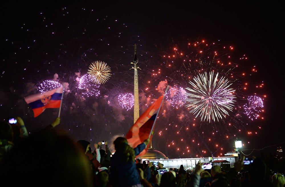 Sztuczne ognie na finał Dnia Zwycięstwa. Widok z Pokłonnej Góry, Moskwa.