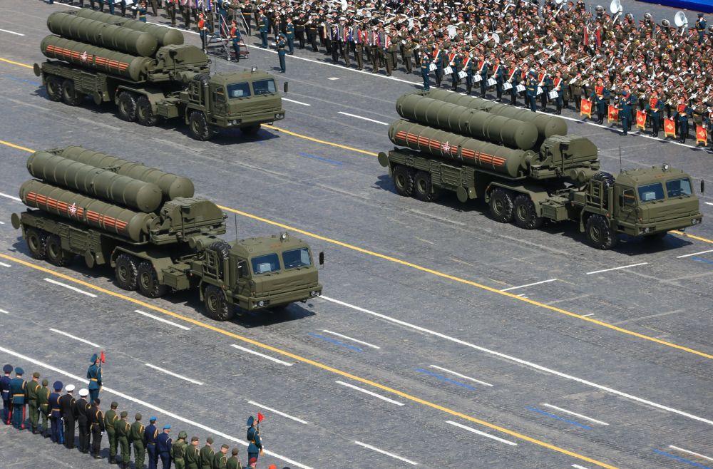 """Kolumna przeciwlotniczych systemów rakietowych S-400 """"Triumf"""""""