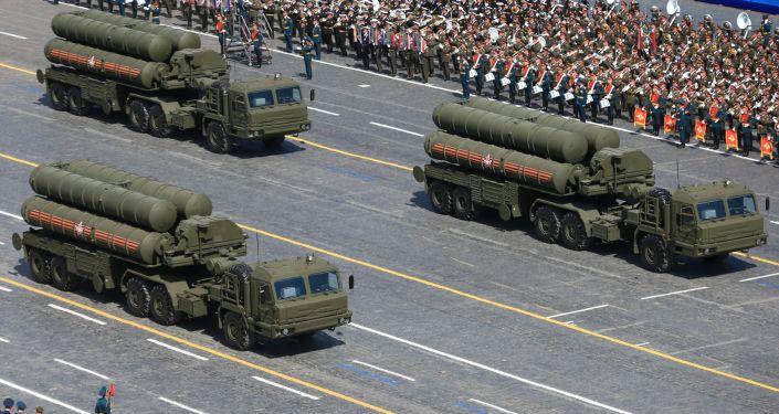"""Kolumna przeciwlotniczych systemów rakietowych S-400 """"Triumf"""" na Placu Czerwonym 9 maja 2015"""