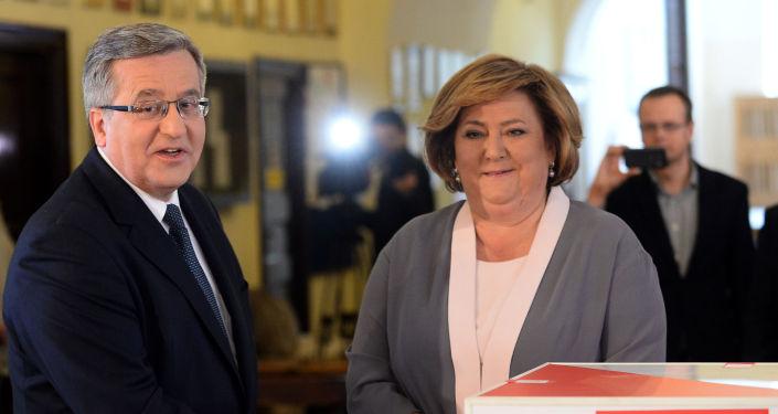 Prezydent Polski Bronisław Komorowski z żona głosują w jednym z warszawskich lokali wyborczych