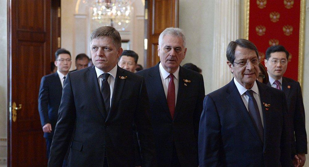 Premier Słowacji Robert Fico, prezydent Serbii Tomislav Nikolić i prezydent Republiki Cypryjskiej Nikos Anastasiadis podczas uroczystości z okazji 70. rocznicy zakończenia II wojny światowej w Europie, 9 maja 2015.