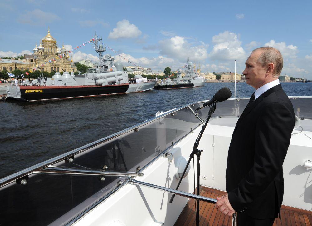 Prezydent Rosji Władimir Putin podczas uroczystości z okazji Dnia Marynarki Wojennej w Petersburgu