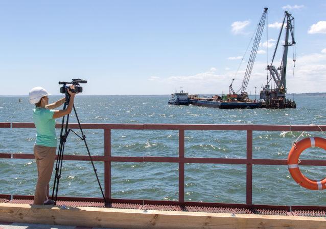 Przedstawiciel zagranicznych mediów na budowie Mostu Krymskiego