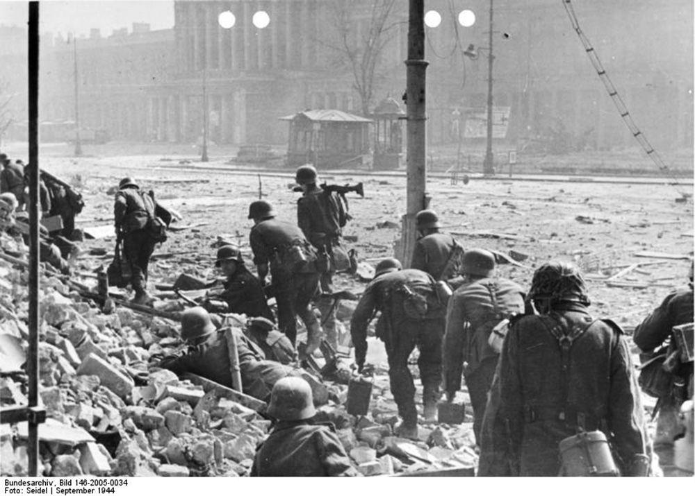 Niemieccy żołnierze w trakcie walk z polskimi powstańcami w czasie Powstania Warszawskiego, 1944.