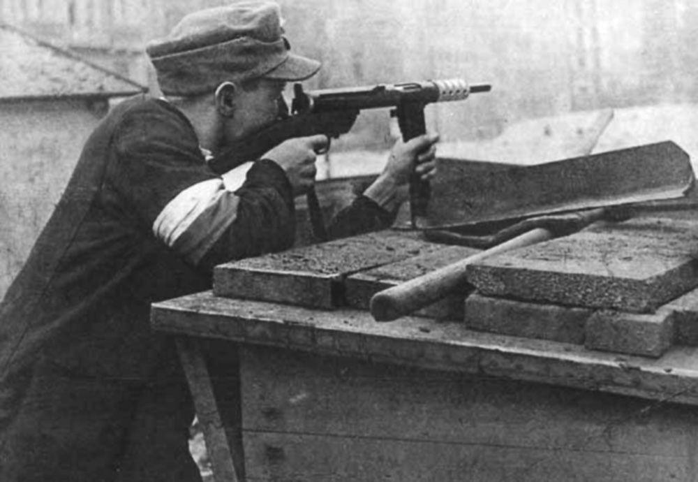Polski powstaniec z Armii Krajowej  w czasie obrony na barykadach w trakcie Powstania Warszawskiego, 1944.