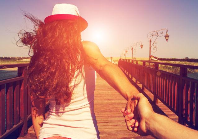 Dziewczyna prowadzi chłopaka za rękę