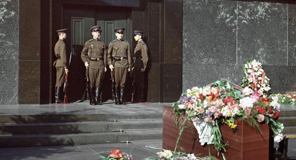 Смена караула у Мавзолея Владимира Ильича Ленина на Красной площади в Москве