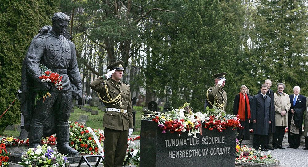 Brązowy Żołnierz na cmentarzu wojskowym w Tallinnie
