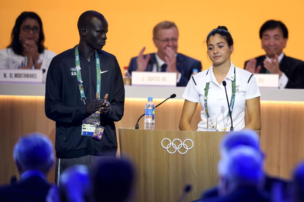 Członkowie reprezentacji uchodźców Yiech Pur Biel z Południowego Sudanu i Yusra Mardini z Syrii podczas posiedzenia MKOl w Rio de Janeiro, 02.08.2016.