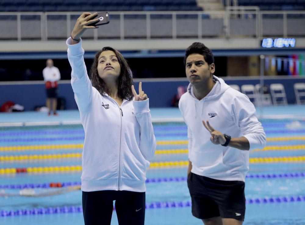 Członkowie reprezentacji olimpijskiej uchodźców, pływacy Yusra Mardini i Rami Anis fotografują się w basenie olimpijskim w Rio de Janeiro, 28.07.2016.