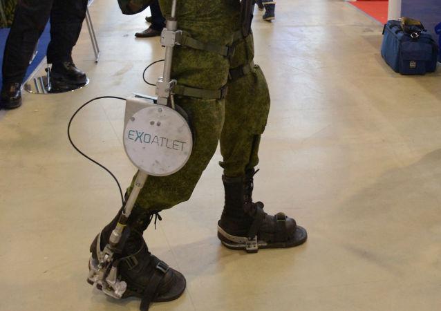 Egzoszkielet ExoAtlet P-1  dla oddziałów szturmowych na XVII Międzynarodowych Targach Interpolitech-2013 w Moskwie