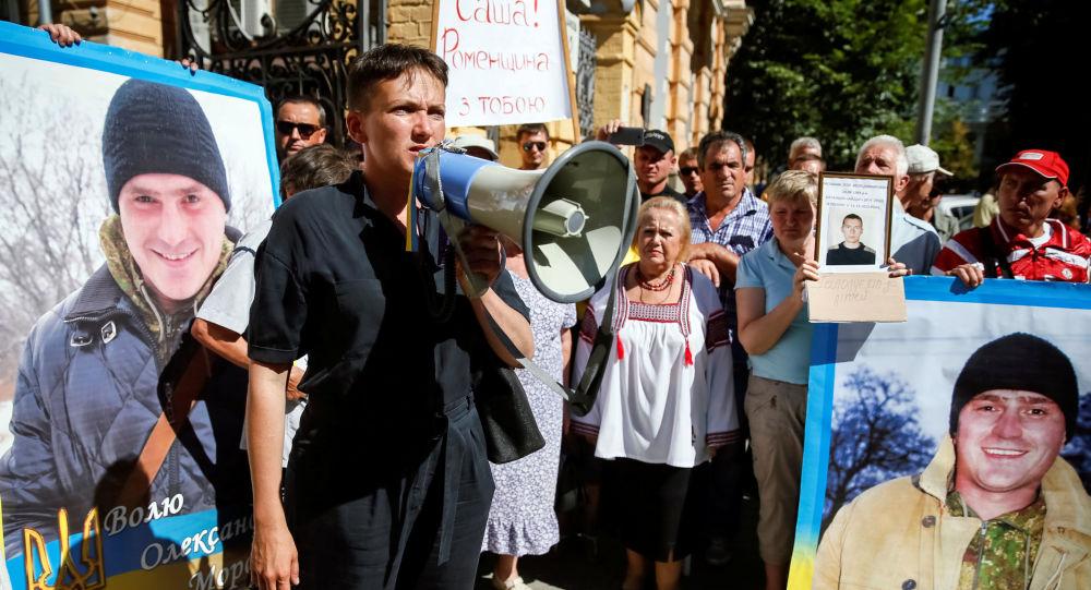 Nadieżda Sawczenko przed budynkiem administracji prezydenta Ukrainy Petra Poroszenki w Kijowie domaga się  uwolnienia jeńców przetrzymywanych w Donbasie i wydania więźniów przez Rosję.