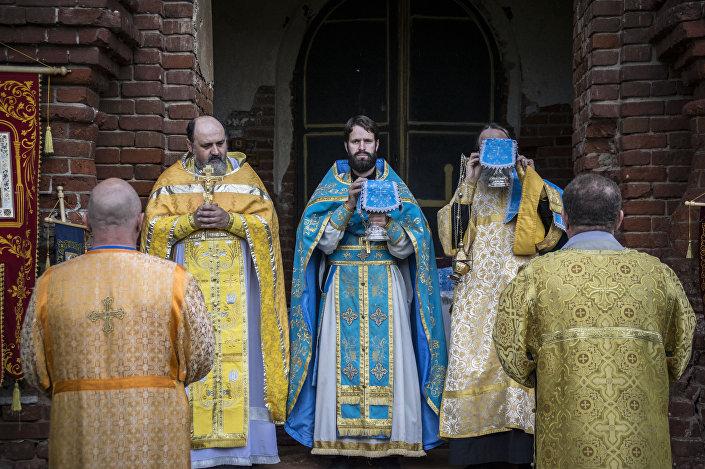 """Komunia święta po nabożeństwie w cerkwi """"Radość Wszystkich Cierpiących"""" we wsi Teleszowo (rejon łotoszyński, obwód moskiewski) w 2015 roku."""