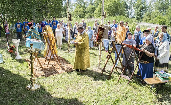 """Święcenie wody po nabożeństwie w cerkwi """"Radość Wszystkich Cierpiących"""" we wsi Teleszowo (rejon łotoszyński, obwód moskiewski) w 2015 roku."""
