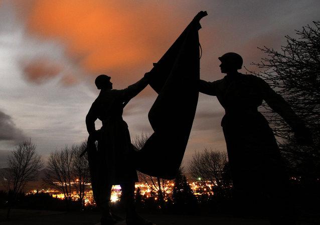Posągi żołnierzy na cmentarzu Armii Czerwonej (Słowacja)