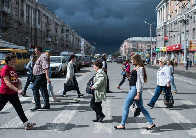 Przechodnie na ulicy Karla Marksa w Omsku