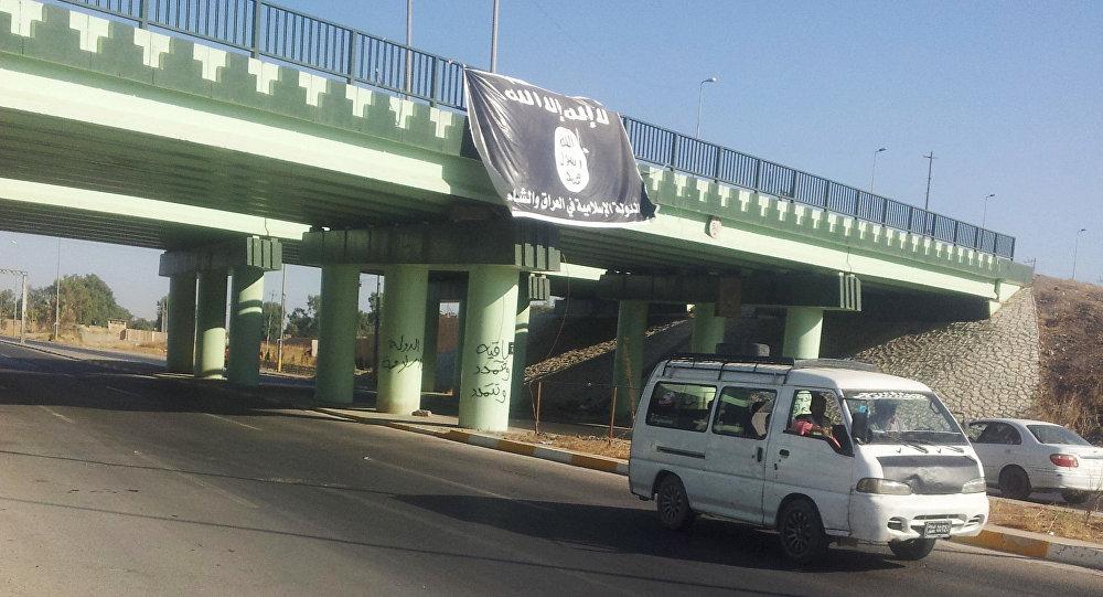 Flaga Państwa Islamskiego na wjeździe do Mosulu