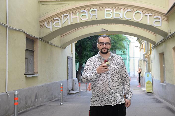 """Założyciel klubu """"Herbaciane wyżyny. Dom herbaty i lodów"""" Wiktor Jenin."""