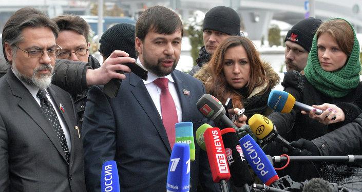 Denis Pushilin (center) and Vladislav Deinego (left)