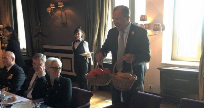 Sergiej Ławrow z prezentami dla Johna Kerry