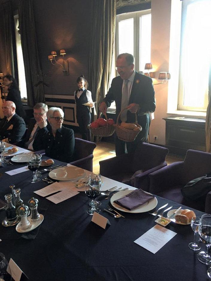 Pan Sergiej Ławrow z prezentami dla Pana Johna Kerry'ego
