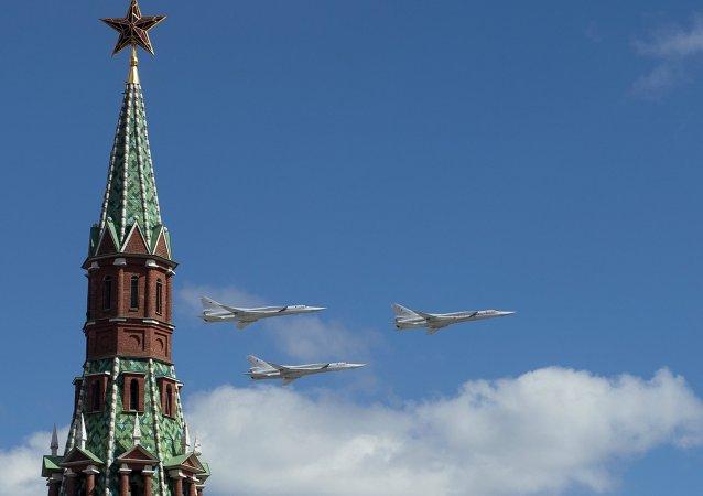Tu-22M3 w niebie nad Moskwą