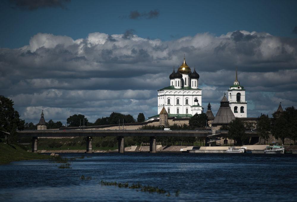 Psków stoi nad miejscem, gdzie łączą się rzeki Wielikaja (Wielka) i Pskowa.