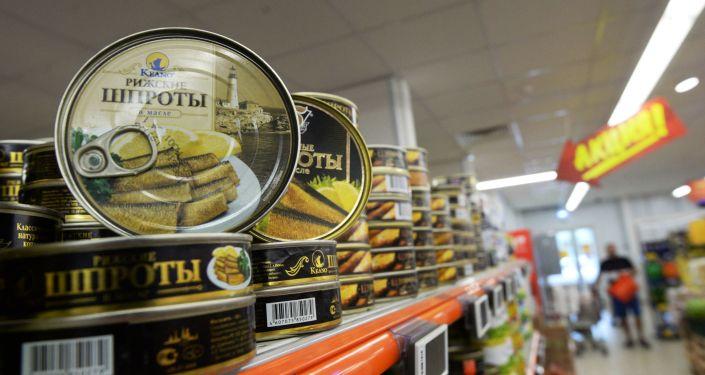 Konserwy Ryskie szproty w oleju w supermarkecie w Moskwie