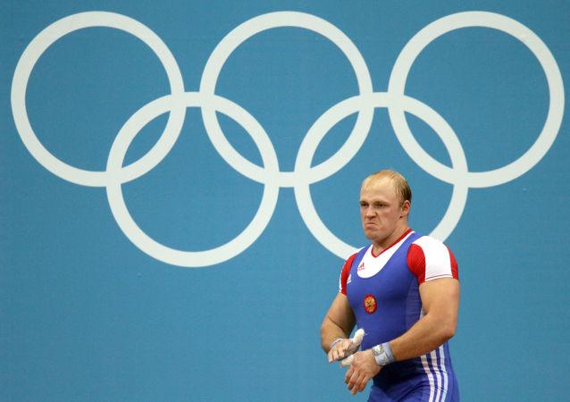 Rosjanin Andriej Demanow na zawodach w ciężkiej atletyce w kategorii wagowej do 94 kg (Londyn)