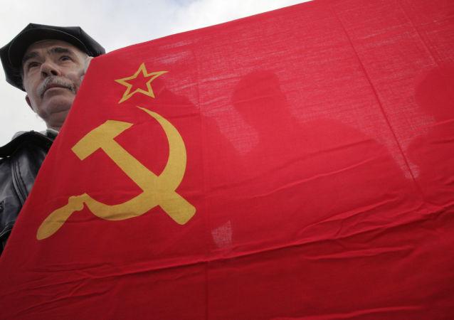 Uczestnik mitingu w rocznicę Rewolucji Październikowej