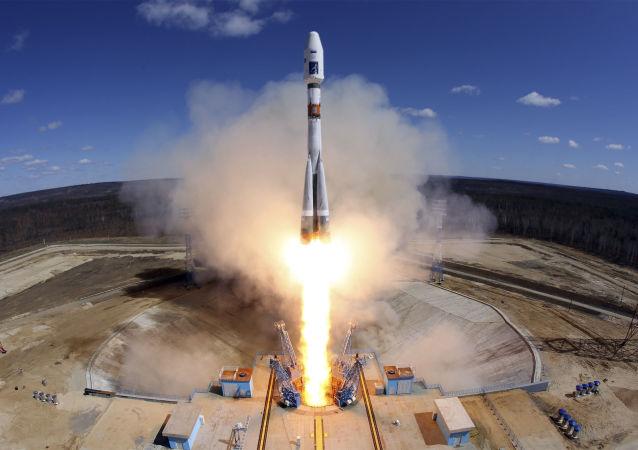 """Start rakiety nośnej Sojuz-2.1a z trzema aparatami kosmicznymi """"Łomonosow"""", Aist-2D i SamSat-218 na kosmodromie Wostocznyj"""