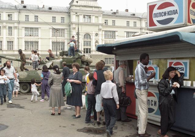 Czołg na ulicy Moskwy podczas puczu sierpniowego 1991 roku.