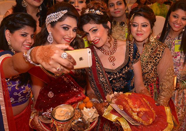 Hinduski robią sobie zdjęcie na festiwalu Dzień Męża