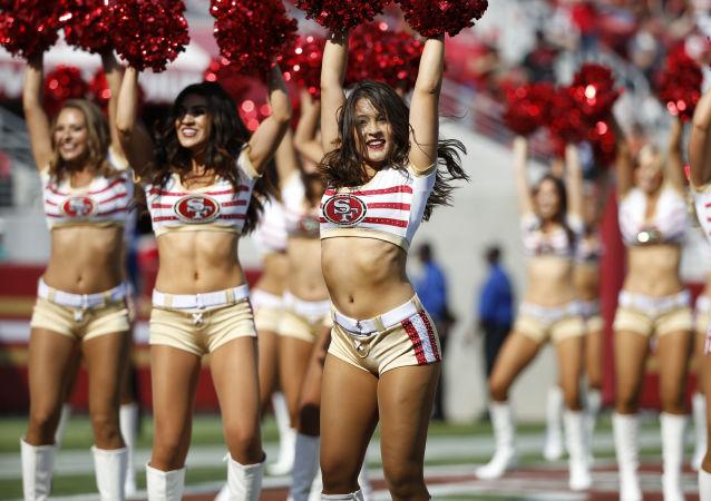 Cheerleaderki  na meczu piłkarskim w Kalifornii, USA
