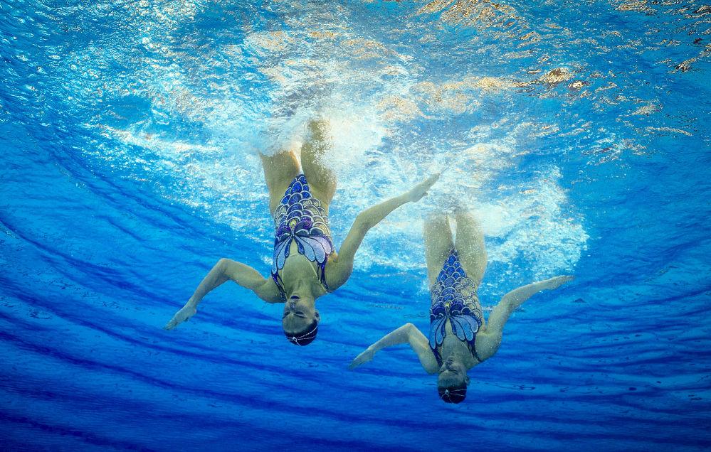 Rosjanka Swietłana Romaszyna i Natalia Iszczenko występują z programem wolnym w turnieju pływania synchronicznego wśród par na XXXI letnich Igrzyskach Olimpijskich