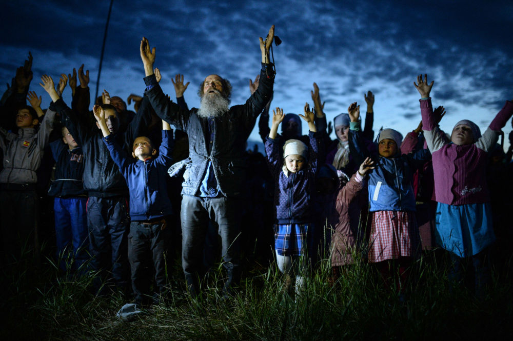 Wierzący w czasie modlitwy we wsi Potieriajewka w Kraju Ałtajskim