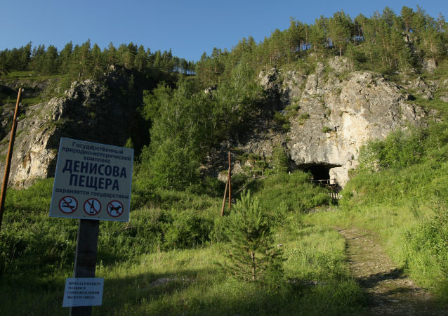 Wejście do Denisowej Jaskini w rejonie sołonieszeńskim Kraju Ałtajskiego
