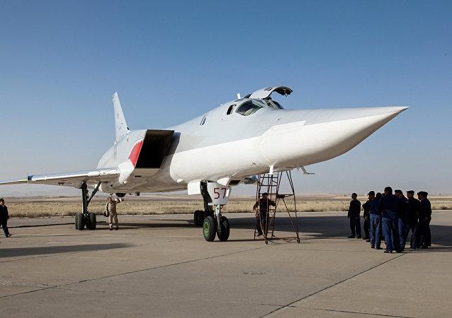 Rosyjski bombowiec Tu-22M3 w bazie lotniczej niedaleko Hamadanu. Iran.