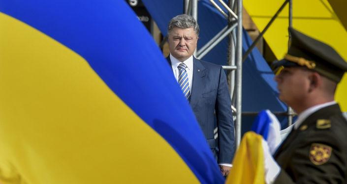 Prezydent Ukrainy Petro Poroszenko na uroczystej ceremonii podniesienia flagi państwowej Ukrainy na Placu Sofijskim w Kijowie