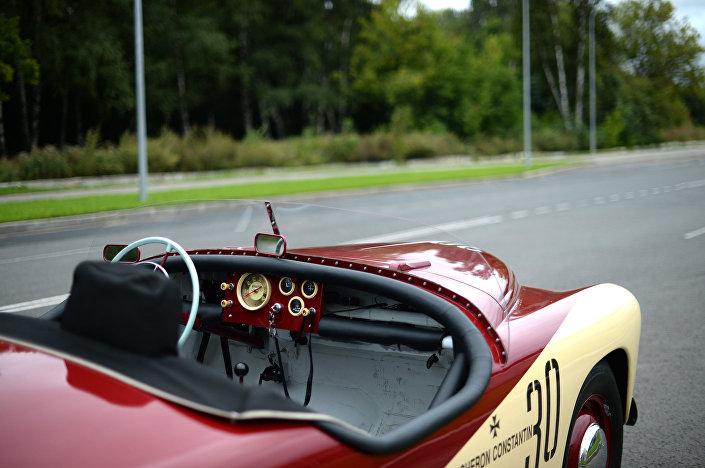 """Iwan Paderin jest jedynym na świecie właścicielem samochodu """"Pobieda-Sport""""."""