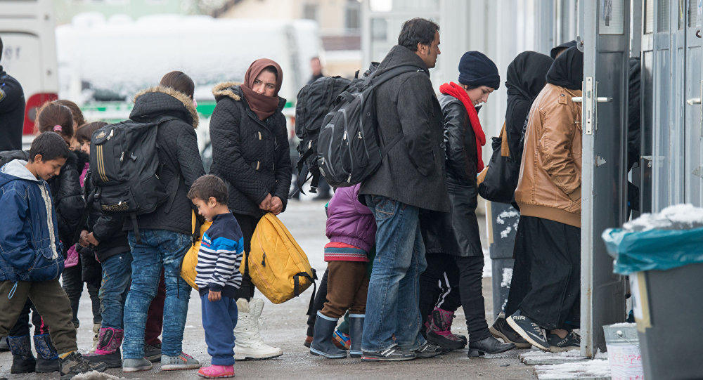 Imigranci w kolejce do rejestracji. Pasawa, Niemcy