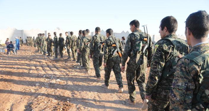 Żołnierze Demokratycznych Sił Syrii niedaleko Al-Rakki