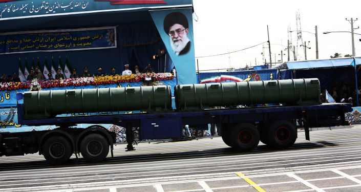"""Mobilny przeciwlotniczy system rakietowy """"Bawar 373"""" na defiladzie wojskowej w Teheranie"""