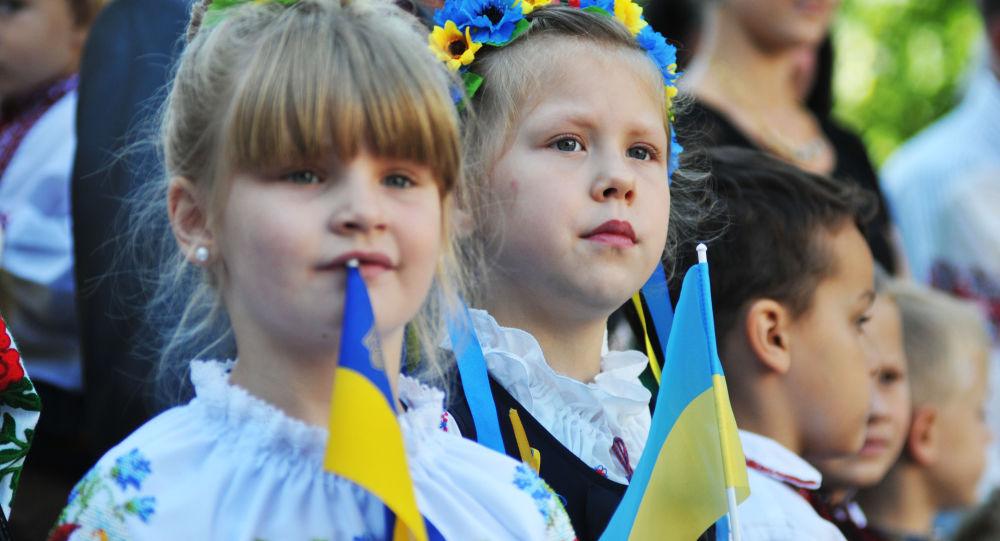 Ukraińscy uczniowie podczas uroczystego apelu 1 września we Lwowie