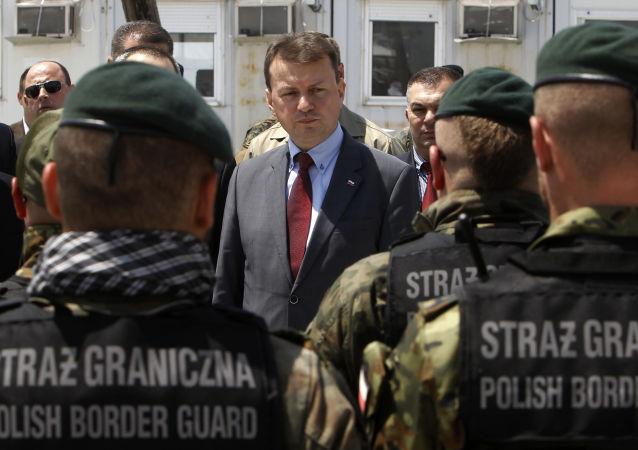 Minister spraw wewnętrznych Polski Mariusz Błaszczak przed funkcjonariuszami straży granicznej