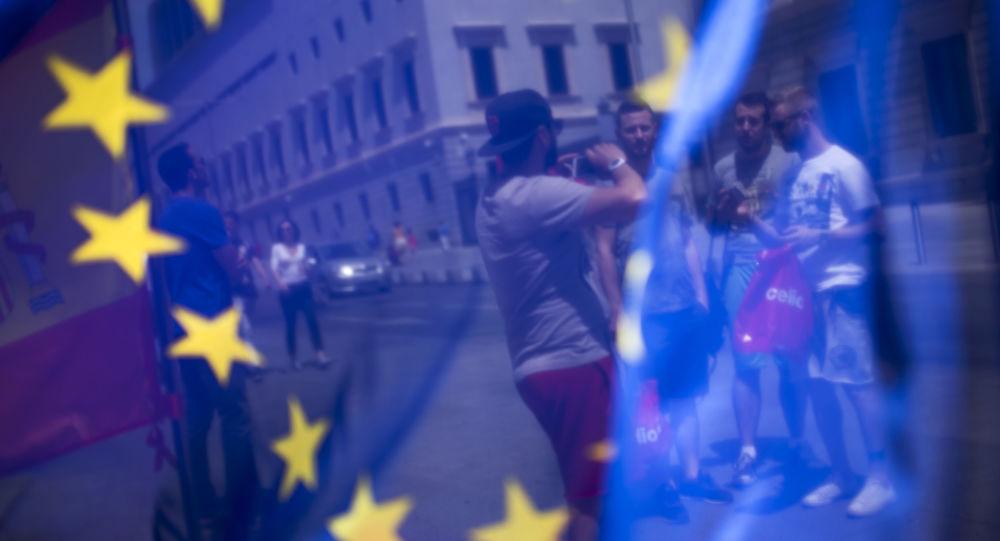 Turyści na jednym z placów w Madrycie