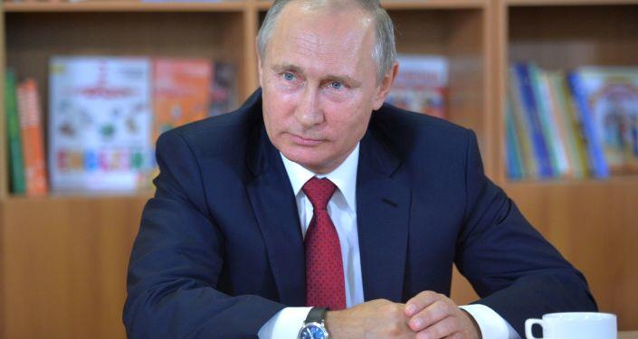 Prezydent Rosji Władimir Putin podczas odwiedzić gimnazjum №2 we Władywostoku