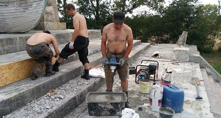 Remont pomnika w Mikolinie