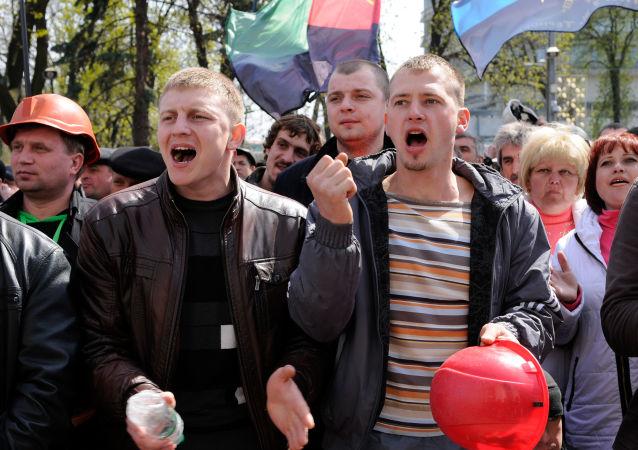 Uczestnicy akcji protestacyjnej górników pod budynkiem Rady Najwyższej Ukrainy. Zdjęcie archiwalne