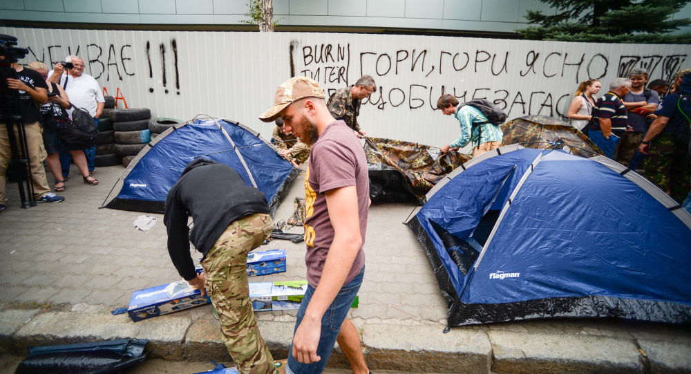 Protest przed budynkiem telewizji Inter w Kijowie